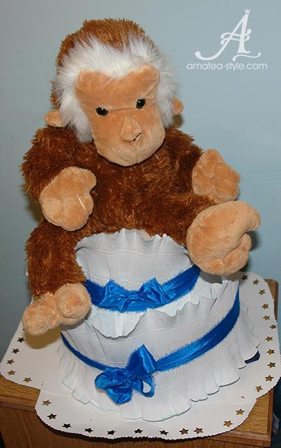 торта с памперси, плюшена играчка маймуна,